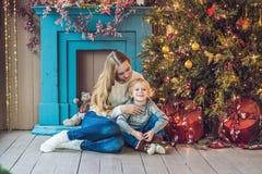 O retrato da mãe feliz e o menino adorável comemoram o Natal Feriados do ` s do ano novo Criança com a mamã no r festiva decorado Fotos de Stock