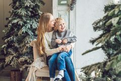 O retrato da mãe feliz e o menino adorável comemoram o Natal Feriados do ` s do ano novo Criança com a mamã no r festiva decorado Fotografia de Stock Royalty Free