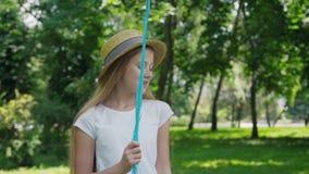 O retrato da menina bonita levanta na câmera com os balões coloridos no parque ensolarado video estoque