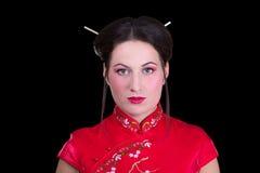 O retrato da menina bonita no japonês vermelho veste-se isolado no bl Foto de Stock Royalty Free