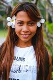 O retrato da menina bonita nova com o frangipani, flumeria floresce em seu cabelo Imagens de Stock Royalty Free