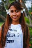 O retrato da menina bonita nova com o frangipani, plumeria floresce em seu cabelo Imagem de Stock Royalty Free