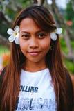 O retrato da menina bonita nova com o frangipani, plumeria floresce em seu cabelo Imagens de Stock Royalty Free