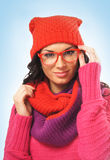 O retrato da menina bonita nova no estilo do inverno veste-se Fotografia de Stock