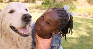 O retrato da menina bonito é trocas de carícias um o cão filme