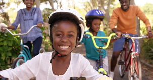 O retrato da menina bonito está sorrindo à câmera na frente de sua família filme