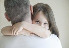 O retrato da menina bonito realizou nos braços do pai Família loving feliz Gene e sua menina da criança da filha que joga o apert imagens de stock royalty free