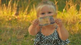 O retrato da menina bonito verifica o dinheiro para ver se há a autenticidade filme