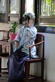 O retrato da menina chinesa asiática no vestido tradicional, veste azul e o estilo branco Hanfu da porcelana, senta-se em uma cad Imagem de Stock