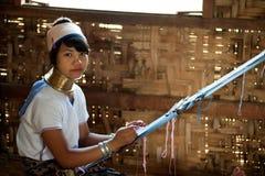 O retrato da menina de Kayan Lahwi está tecendo Imagens de Stock Royalty Free