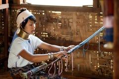 O retrato da menina de Kayan Lahwi está tecendo Fotos de Stock Royalty Free