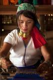 O retrato da menina de Kayan Lahwi está tecendo Imagem de Stock Royalty Free