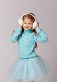 O retrato da menina de riso bonita em uma saia azul e a pele dirigem Fotos de Stock