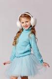 O retrato da menina de riso bonita em uma saia azul e a pele dirigem Imagem de Stock Royalty Free