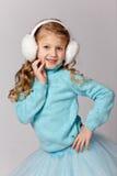 O retrato da menina de riso bonita em uma saia azul e a pele dirigem Imagem de Stock