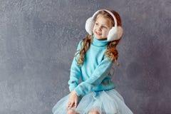 O retrato da menina de riso bonita em uma saia azul e a pele dirigem Imagens de Stock