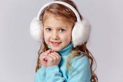 O retrato da menina de riso bonita em uma saia azul e a pele dirigem Imagens de Stock Royalty Free
