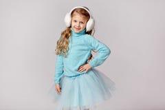 O retrato da menina de riso bonita em uma saia azul e a pele dirigem Fotos de Stock Royalty Free