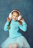 O retrato da menina de riso bonita em uma saia azul e a pele dirigem Foto de Stock