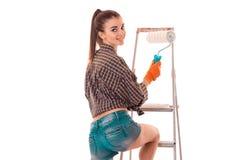 O retrato da menina encantador nova do construtor no uniforme faz a renovação isolado no fundo branco Fotografia de Stock Royalty Free