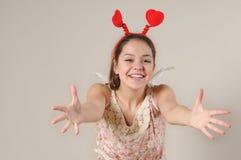 O retrato da menina feliz bonito do anjo quer abraçá-lo Fotografia de Stock Royalty Free
