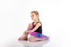O retrato da menina pré-escolar da idade é contratado na dança, fazendo o exercício Fotos de Stock