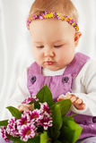 O retrato da menina vestiu-se no vestido violeta da jardineira Fotografia de Stock Royalty Free