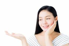 O retrato da mulher é beleza da pele e saúde e levantamento de sorriso de sua mão como se guardando um produto em sua mão foto de stock royalty free