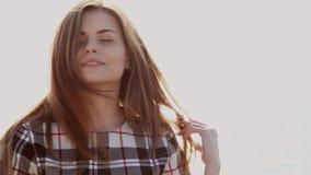 O retrato da mulher bonita na praia pelo vento do oceano funde video estoque