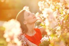 O retrato da mulher bonita nova na mola floresce Fotografia de Stock