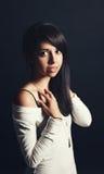 O retrato da mulher branca da menina do latino latino-americano bonito com marrom escuro eyes, cabelo escuro longo na camisa bran Foto de Stock Royalty Free