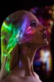 O retrato da mulher com brilho ilumina-se na cara imagem de stock