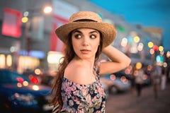 O retrato da mulher da forma da menina consideravelmente na moda dos jovens que levanta na cidade em Europa Imagem de Stock