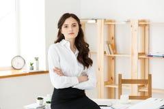 O retrato da mulher de negócios bem sucedida com braços cruzou-se no escritório Mulher profissional madura que olha a câmera fotografia de stock royalty free