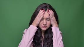O retrato da mulher de negócios moreno no revestimento cor-de-rosa demonstra o grandes desespero e tristeza no fundo verde video estoque