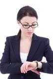 O retrato da mulher de negócios nova verifica o tempo em seu relógio de pulso mim Imagens de Stock