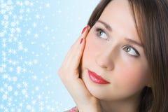 O retrato da mulher do Close-up olha acima Foto de Stock