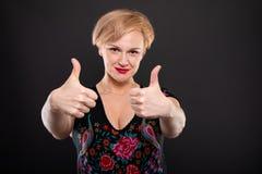 O retrato da mulher elegante fresca que mostra o dobro gosta do gesto Fotografia de Stock Royalty Free