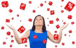 O retrato da mulher feliz comemora o sucesso sob discontos por Fotografia de Stock