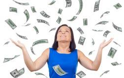 O retrato da mulher feliz comemora o sucesso sob um fá da chuva do dinheiro Imagem de Stock Royalty Free