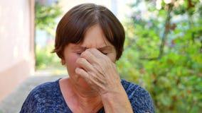 O retrato da mulher idosa com monóculos tem problemas da visão vídeos de arquivo