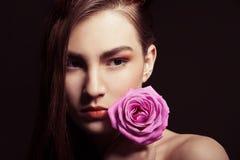 O retrato da mulher moreno bonita com aumentou Imagens de Stock Royalty Free