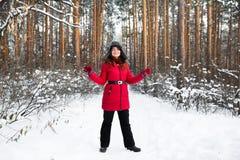 O retrato da mulher no chapéu do inverno da pele com orelha bate na floresta Imagens de Stock