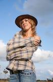 O retrato da mulher nova vestiu-se como o cowboy fotos de stock