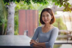 O retrato da mulher rural bonita asiática tailandesa com seus braços cruza-se foto de stock