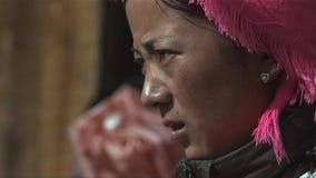 O retrato da mulher tibetana olha o esforço entre povos na vila de Jidi, área em Shangri-La yunnan China fotografia de stock royalty free