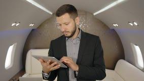 O retrato da notícia politicial da leitura do diretor principal masculino novo do banqueiro na tabuleta aplana em privado filme