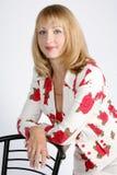 O retrato da rapariga bonita está em um overwhit Fotografia de Stock