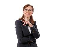 O retrato das orelhas bonitas de uma mulher de negócios 50 velhas nos braços cruzados levanta isolado no branco Foto de Stock Royalty Free