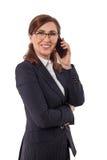 O retrato das orelhas bonitas de uma mulher de negócios 50 velhas nos braços cruzados levanta isolado no branco Fotografia de Stock Royalty Free